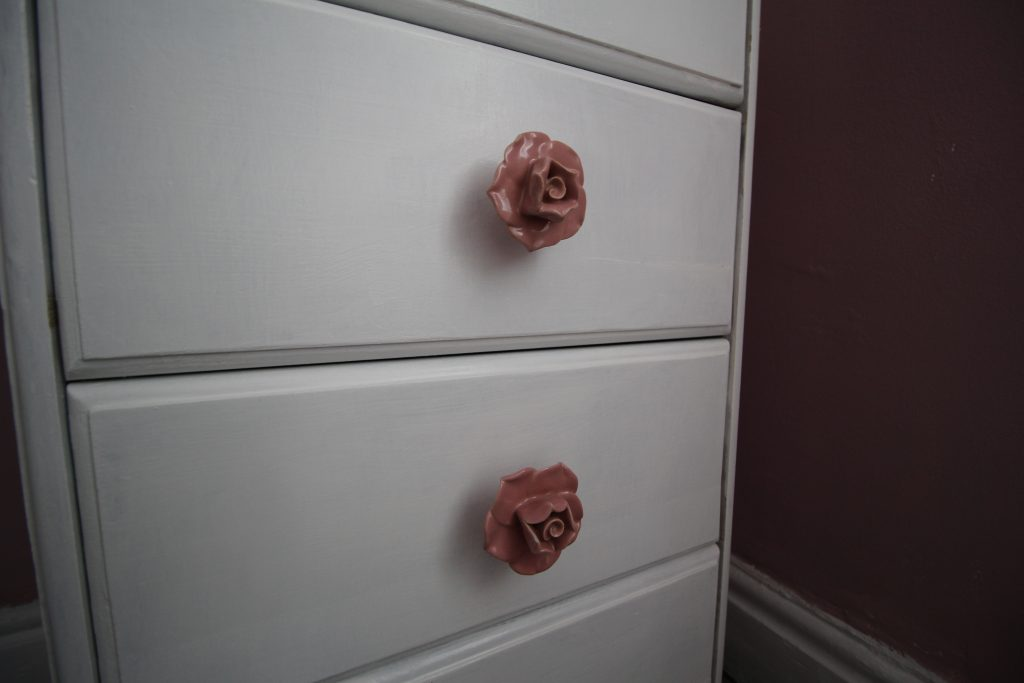 Dressing table knobs